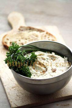 © PIGUT - Tartinade vegan haricots blancs et chanvre Pesto Sauce, Hummus, Food Inspiration, Feta, Vegetarian Recipes, Brunch, Veggies, Nutrition, Sauces