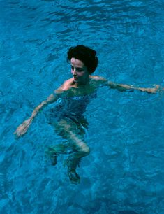 Gloria Guinness enjoying a swim in her pool at Manalapan, Palm Beach, Florida. A Wonderful Time - Slim Aarons Get premium, high resolution news photos at Getty Images Slim Keith, Slim Aarons, Town And Country, Guinness, Taking Pictures, Palm Beach, Vintage Photos, Life Is Good, Cool Photos