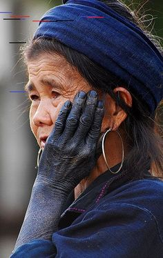 Hmong peuple Thaïlande, Vietnam et Laos - Hmong peuple Thaïlande, Vietnam et Laos femme hmong teinture indigo - Azul Indigo, Bleu Indigo, Mood Indigo, Indigo Dye, Laos, We Are The World, People Around The World, Portraits, Interesting Faces