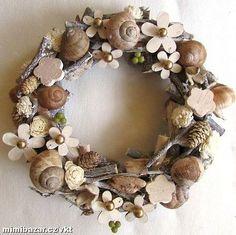 jarní přírodní dekorace - Hledat Googlem Diy Fall Wreath, Autumn Wreaths, Easter Wreaths, Summer Wreath, Christmas Wreaths, Autumn Crafts, Patriotic Decorations, Seashell Crafts, Wooden Decor