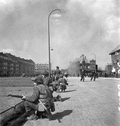 Infantry of the Essex Scottish Regiment guarding one of the main streets of Groningen, Netherlands, 14 April 1945.jpg (117.66 KiB) 1371 keer bekeken