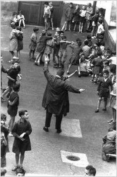 Robert Doisneau // Les Ecoliers, 1954 - Dans la cour de récréation.