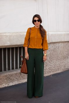 Orange blouse and green palazzo. Outfit as is Would make me look wide and shapeless. Green Pants Outfit, Orange Pants, Orange Shirt, Stockholm Street Style, Street Style Blog, Outfits Pantalon Verde, Hunter Green Pants, Mustard Shirt, Fashion Clothes