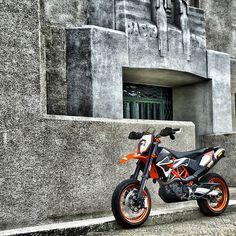 The SMF690 that rarely appear in our videos. @josseegers #supermofools #supermoto #supermotard #ktm #smc690 #akrapovic #nojesteritisnttitanium #smc-r #pistonaddictz #orange #instamoto #bikersofinstagram #motorcycle