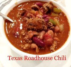 Who doesn't LOVE chili! I have a great and easy recipe for Texas Roadhouse Chili in the crockpot. My whole family loves this chili recipe, even my pickiest eater ; Chilli Recipes, Bean Recipes, Whole Foods Chili Recipe, Soup Recipes, Salad Recipes, Slow Cooker Recipes, Crockpot Recipes, Cooking Recipes, Texas Roadhouse Chili Recipe