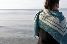 Saltwater Shawl is an elongated triangular shawl that combines wonderful texture and elegant stripes in two colors to form the perfect feelgood accessory for already sunny but still windy spring days. Its generous size allows you to wrap yourself up nicely, take a deep breath and enjoy every moment of your day.