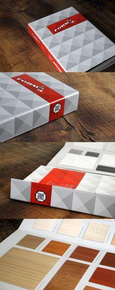 Catálogo de muestras para FORM'a, empresa del sector de la madera que trabaja principalmente con tableros compactos reciclados.  Se trata de un catálogo con solapas imantadas que se va desplegando progresivamente en forma de ventana.