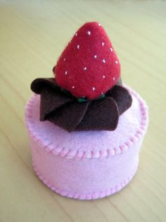 DusiCrafts Fake felt food - strawberry felt cupcake