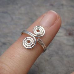 silver wire twisted swirl toe ring, but you can also make one for your hand Wire Jewelry Rings, Wire Jewelry Designs, Wire Jewelry Making, Handmade Wire Jewelry, Copper Jewelry, Wire Wrapped Jewelry, Diy Jewelry, Beaded Jewelry, Copper Wire