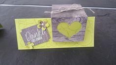 Tischkarte inclusive Goodie mit dem tollen Designpapier im Block Holzdekor und dem wunderschönen neuen Hintergrundstempel Tree Rings von Stampin' Up!.  Eine Anleitung findet ihr auf meiner Homepage.