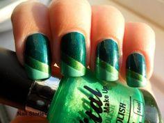Nail art dark/light green.