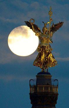 "July 2016 The ""Goldelse"" Siegessaeule Berlin Extra Source by Berlin City, Berlin Germany, Berlin Ick Liebe Dir, Cities In Germany, Moon Pictures, Moon Lovers, Festival Lights, Baghdad, Berlin"