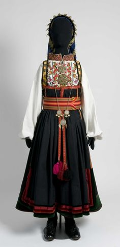 Serie med bilder av kvinnedrakt, som er sendt til en utstill Folk Costume, Costume Dress, Costumes, Traditional Art, Traditional Outfits, Scandinavian Embroidery, Norwegian Vikings, Folk Fashion, Historical Costume