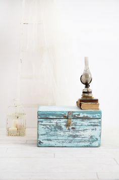 old trunk - chest - wood - new life - redesign - chalk paint -blue - old white - chippy look