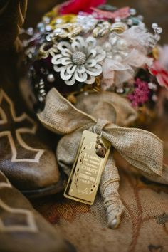 Vintage jewelry bouquet, wrapped in burlap. More pics of other really cute and simple design and picture ideas.