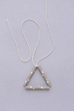 ①ストロー3本を通して三角形をつくって結びます。 (以下、タコ糸を結ぶときは固結びとします)  初めの部分を30~40cm残しておいて!