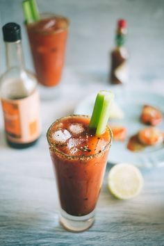 Bloody Mary (Souvlaki For The Soul) would love to make a good Bloody Mary and breakfast pie tomato tart for breakfast for friends! - Where Home Starts Yummy Drinks, Yummy Food, Barbecue Shrimp, Cocktail Recipes, Cocktails, Breakfast Pie, Football Food, Bloody Mary, Hot Sauce Bottles