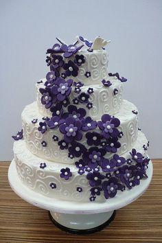 Dort marcipánový * svatební - zdobený fialovými květy.