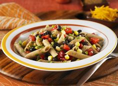 Dites-oui à cette succulente recette de Penne à la salsa aux haricots noirs et au maïs ! Elle est très facile à faire et les enfants aimeront ! #pates #recette