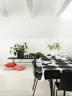 Marimekko Kivet White / Black Tablecloth Maija Isola's 1956 Kivet (Stones) pattern is set in it's classic black and white colorway atop a linen cloth. Perfect for use as a table linen but also suitable as a decorative bedding or wall tap. Nordic Interior, Interior Styling, Interior Design, Scandinavian Living, Scandinavian Design, Scandinavian Interiors, Marimekko, Home Design, Ponche Navideno