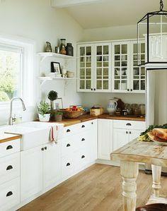 armoires blanches et comptoirs en bois + tablettes