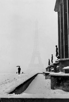 ancient vintage black and white best pictures of paris in the snow winter freezing cold weather Tour Eiffel (1940)