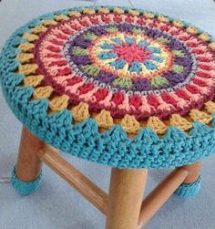10 Creative Ways to Give a Makeover to Old Stools - Knitting and Crochet Motif Mandala Crochet, Art Au Crochet, Beau Crochet, Crochet Flower Patterns, Crochet Home, Crochet Crafts, Crochet Flowers, Crochet Stitches, Crochet Projects