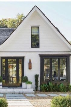 Paint color combinations in a modern farmhouse style for your exterior! Repaint your exterior in a modern farmhouse color scheme using these fantastic paint color combinations. Cottage Exterior, Modern Farmhouse Exterior, Modern Farmhouse Decor, Rustic Decor, Farmhouse Plans, Exterior Paint Color Combinations, Exterior Paint Colors, Pintura Exterior, Design Exterior