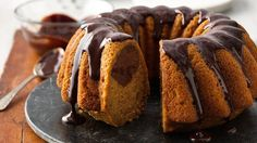One-Bowl Pumpkin-Chocolate Swirl Cake with Chocolate Ganache. The surprise inside this pumpkin cake is a swirl of chocolate. Use your measuring cup to mix the chocolate into the batter so you don't have to wash another bowl. Pumpkin Recipes, Cake Recipes, Dessert Recipes, Baking Recipes, Yummy Recipes, Vegetarian Recipes, Desserts To Make, Köstliche Desserts, Chocolate Swirl