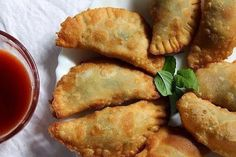 Deep Fried Ravioli is an Italian dish modified as per Indian Taste. These are crispy, crunchy from outside and stuffed with cottage cheese fillin Easy Veg Recipes, Greek Recipes, Cooking Recipes, Ricotta, Fried Ravioli Recipe, Food N, Food And Drink, Greek Appetizers, Greek Cooking