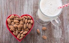 enjoymarket: 4 λόγοι για να πίνετε γάλα αμυγδάλου καθημερινά