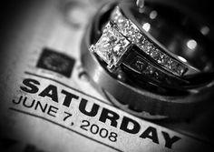 Vergeet niet om een foto van de trouwringen te maken met de krant van jullie trouwdag!