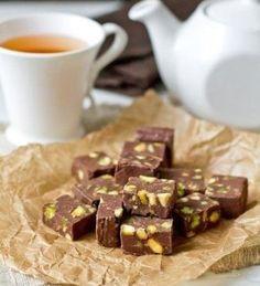 Ингредиенты  шоколад - 200 г темного или молочного, сливочное масло 25 г вареная сгущенка 200 г фисташки ( кешью, фундук, , грецкие орехи или смесь) 120 г