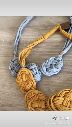 Colar de fio de malha - You are in the right place about diy Here we offer you the most beautiful pictures about the diy - Diy Friendship Bracelets Patterns, Diy Bracelets Easy, Bracelet Patterns, Textile Jewelry, Macrame Jewelry, Fabric Jewelry, Fabric Necklace, Diy Necklace, Knitted Necklace