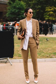 The Best Street Style From London Fashion Week Spring/Summer 2020 - Daily Fashion New York Fashion, Daily Fashion, London Fashion, Retro Fashion, Fashion Styles, Fashion Trends, London Outfit, Jeans, Copenhagen Fashion Week