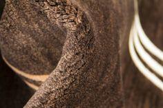 Detalle alfombra Indonepal Marrón Alfombra de lana anudada a mano con un tratamiento especial que le da una sensación sedosa y agradable al tacto.  #alfombra #indonepal #decoración #marrón
