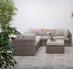 De Buddha Lounge Dazu loungeset 4-delig uit de Buddha Lounge wicker loungeset collectie in het new kubu wicker met zandkleurige kussens. De totale afmeting van deze loungeset is 242x242 cm met een hoogte van 67 cm en een zithoogte van 42 cm. € 999,-