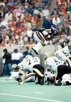 Walter Payton, Chicago Bears - Sweetness # 34 - Team Member of the 1985 Superbowl Champions! Bears Football, Football Is Life, Football Players, Football Images, Football Pictures, Walter Payton, American Sports, American Football, Chi Bears