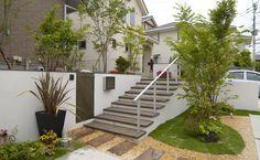 段差が低めの階段と公園のような庭の写真