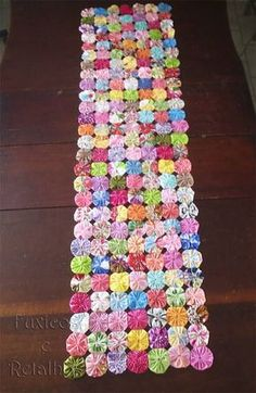 Sewing Crafts, Sewing Projects, Yo Yo Quilt, Quilted Table Runners, Craft Corner, Sewing Table, Diy Crochet, Fabric Flowers, Needle Felting