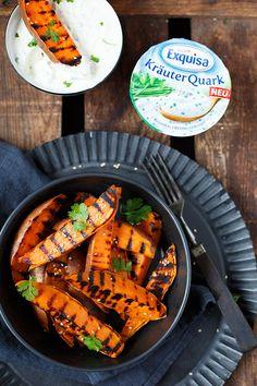 Gegrillte Süßkartoffeln mit Kräuterquark. Super einfach und perfekt als Beilage - Kochkarussell.com #werbung