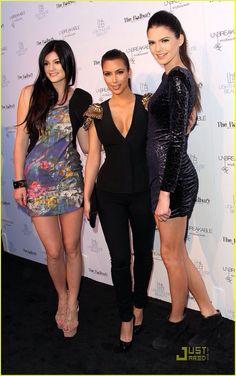 kendall and kylie kardashian Kourtney Kardashian, Familia Kardashian, Kardashian Family, Kardashian Photos, Kardashian Style, Kardashian Jenner, Kardashian Fashion, Kris Jenner, Kendall Jenner Photos