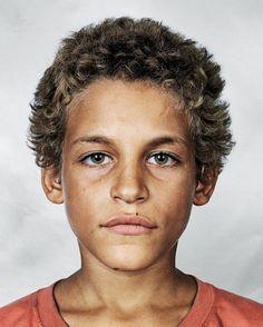 Alex, 9 anos, Rio de Janeiro - Brazil Este portrait faz parte do projeto ''Onde as Crianças Dormem'', produzido pelo fotógrafo, James Mollison e que faz uma abordagem sobre a situação em que vive as crianças no mundo, abrindo as portas dos seus ''quartos''.