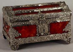 Museu Nacional de Machado de Castro | Cofre | século XVI [Finais] | Dimensões:14,4 x 21,7 x14,3 cm; Peso: 557 g | Indo-português | Prata relevada, incisa e recortada e tartaruga