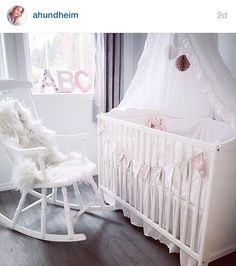 Koselig barnerom for jente Child Room, Kids Room, Little Princess, Bassinet, Room Inspiration, Cribs, Sweet Home, Barn, Children