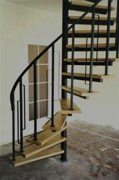 Inspiratie - Metalen zwarte trap met houten treden.