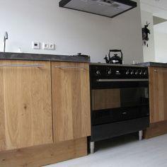 Massief eiken houten keuken met ikea keuken kasten door Koak design in de stijl van piet boon en paul van de kooi met een betonnen blad