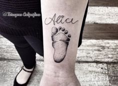 21 Idéias de tatuagens para homenagear os filhos Name Tattoos For Moms, Mother Son Tattoos, Baby Name Tattoos, Tattoo For Son, Tattoos For Daughters, Mom Tattoos, Future Tattoos, Tatoos, Tattoo Bebe
