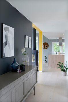 Vegger i grånyanser og gulmalt list Interior Photo, Interior Design, Living Room Colors, Grey Walls, Elle Decor, Cozy House, Scandinavian Design, Colorful Interiors, Architecture Design