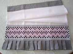 Chicken Scratch border on towel -- Pano de prato em tecido de algodão c/ barrado bordado em tecido xadrez.  Este produto pode ser feito sob encomenda em varias cores (veja amostra de cores no album BORDADO EM TECIDO XADREZ) R$ 18,00